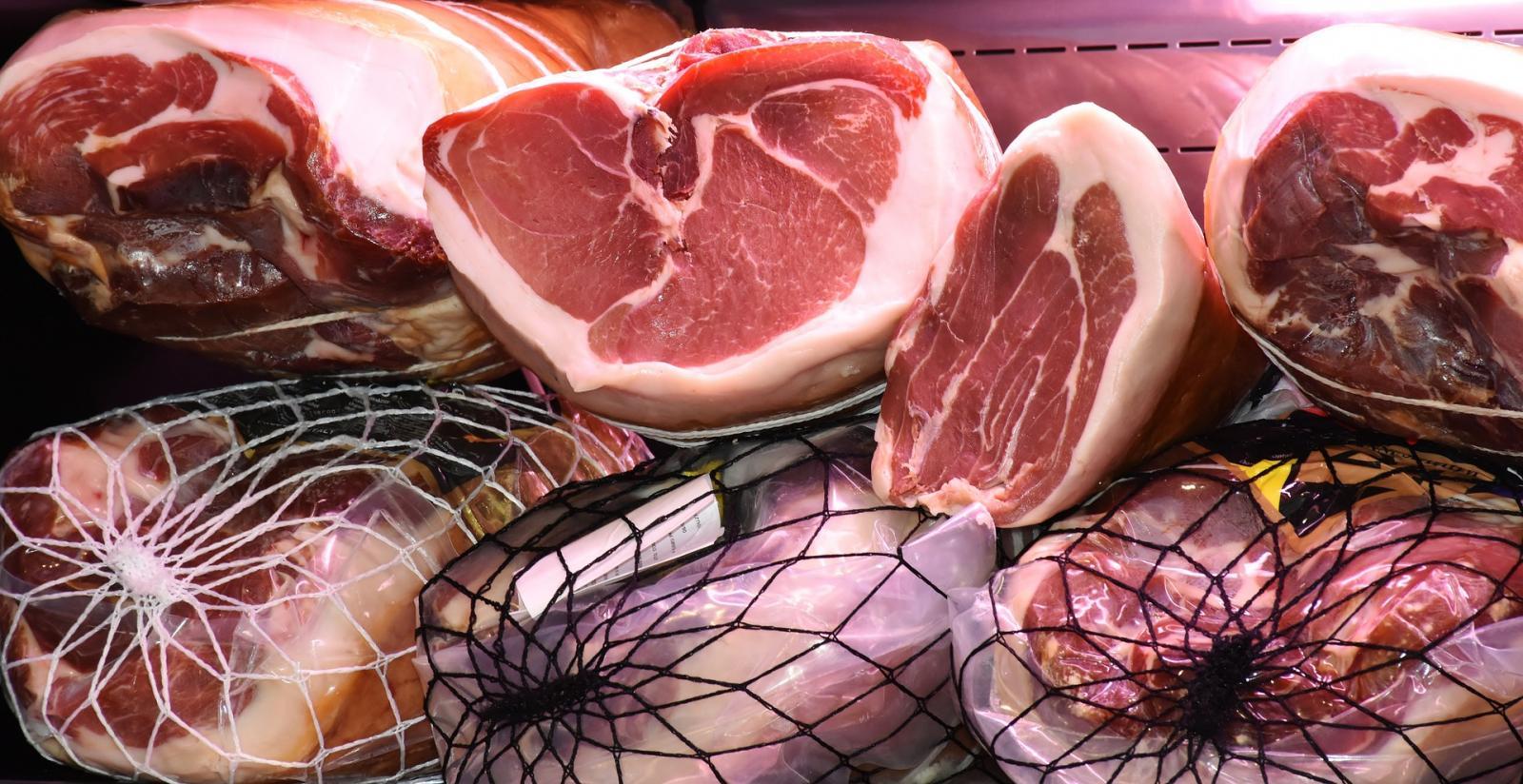 Hams on sale. Photo credit: pixabay
