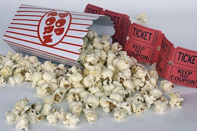Popcorn and film tickets / anncapictures Pixabay