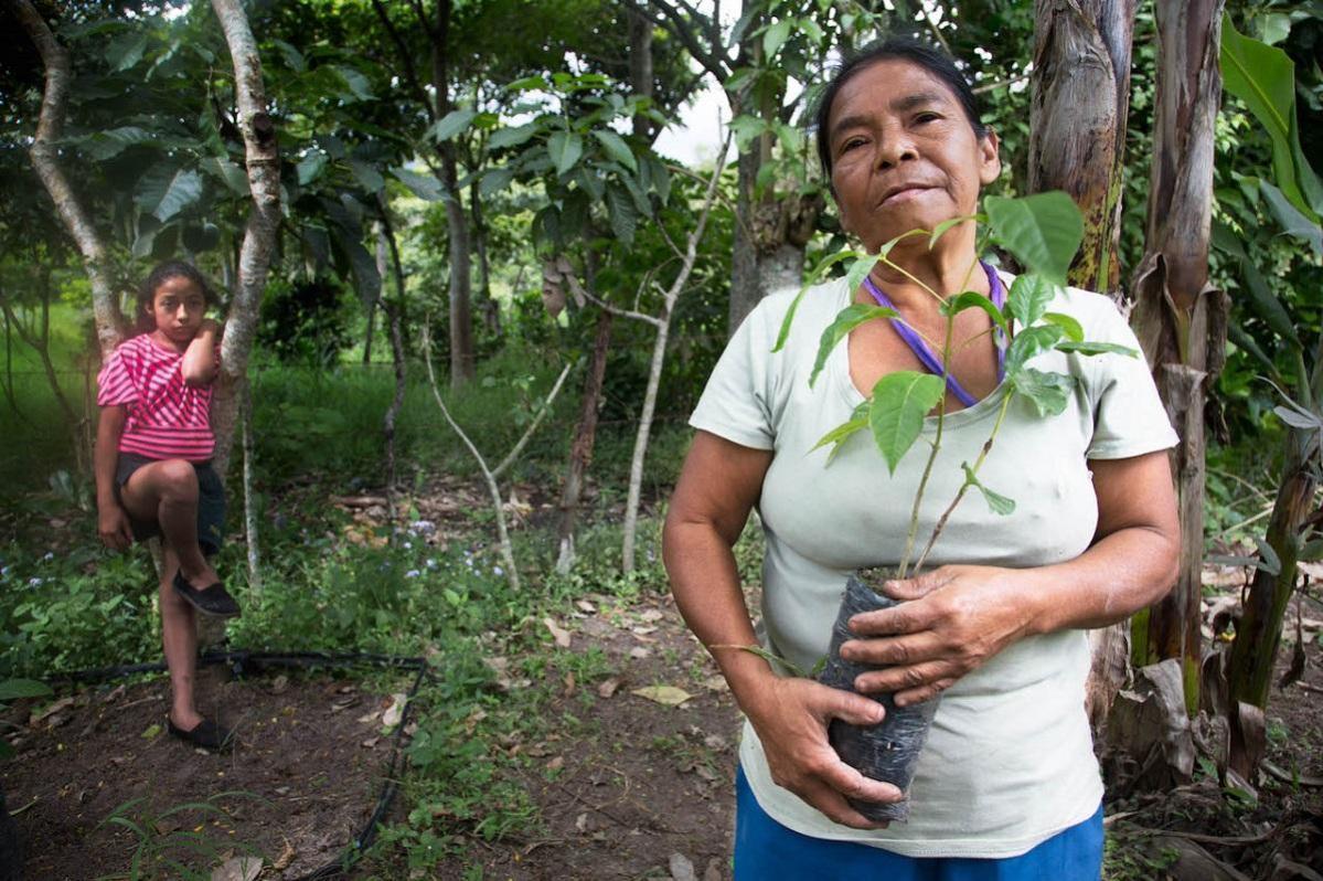 Maria Isabel Zamora, member of Fundacion Entre Mujeres (FEM), with grandchild Stefani, 10 years old, Los Llanos, Nicaragua © Susan Meiselas